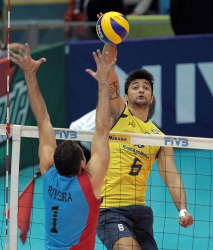 Leandro Vissotto tenta o ataque para o Brasil contra Porto Rico. A seleção  venceu o 641a451c0d8be