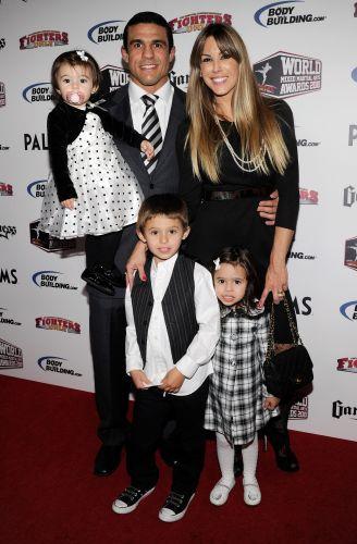 Vitor Belfort e família combinam seus trajes no Oscar do MMA, em 2010