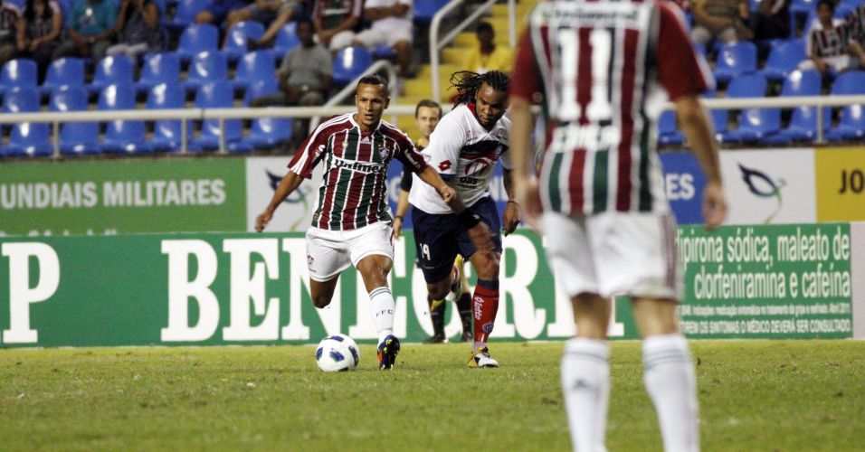 Souza, do Fluminense, tenta fugir da marcação de Carlos Alberto, do Bahia, durante a quinta rodada no Engenhão