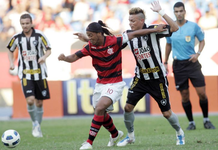 Ronaldinho Gaúcho luta contra a marcação durante o clássico entre Flamengo e Botafogo