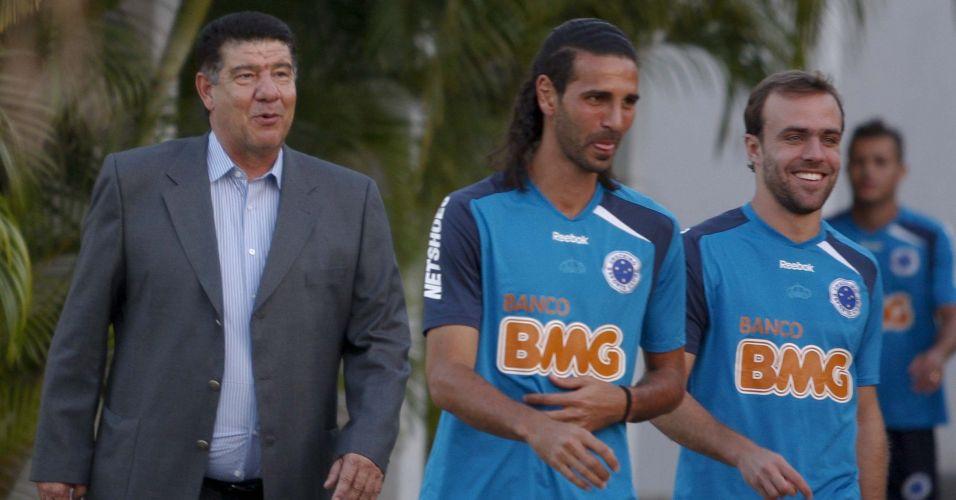 Joel Santana teve seu primeiro contato com os jogadores durante o treino desta segunda-feira