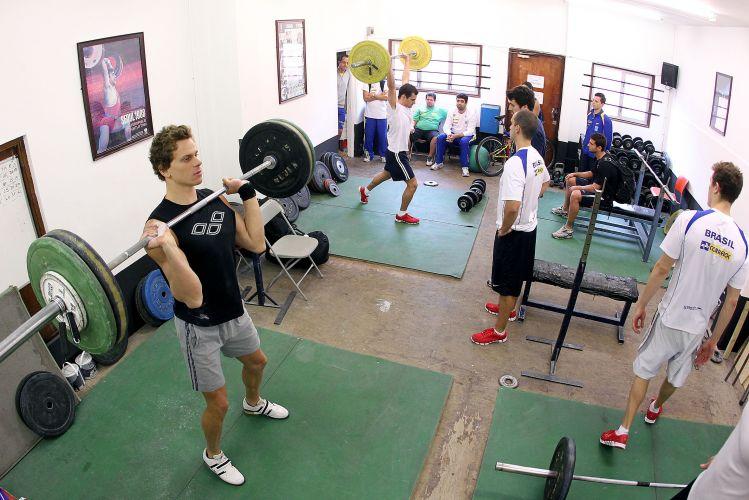 César Cielo pratica exercícios com peso visando ao Aberto de Paris de Natação. Seleção treina em Londres visando também ao Mundial de Xangai, em julho
