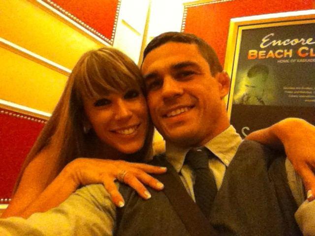 Joana e Vitor posam para foto, em imagem publicada no Twitter