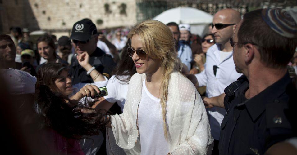 A cantora Shakira foi muito assediada em visita à Israel e precisou da proteção de seguranças