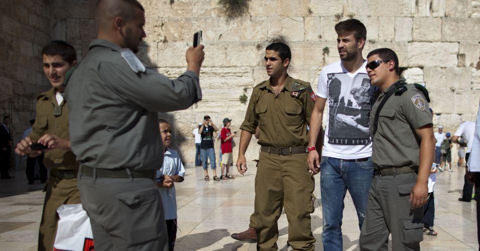 Piqué não passou impune nem pelos guardas, que pediram fotos e autógrafos