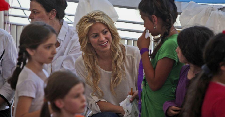 Shakira comanda a fundação Pies Descalzos, também focada em educação e proteção infantil e reconhecida como uma das ONGs mais destacadas no mundo nessa área