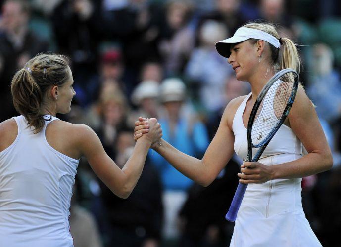 Maria Sharapova cumprimenta Anna Chakvetadze. Musa não teve problemas para derrotar a adversária por 2 sets a 0 (parciais de 6-2 e 6-1) em sua estreia em Wimbledon