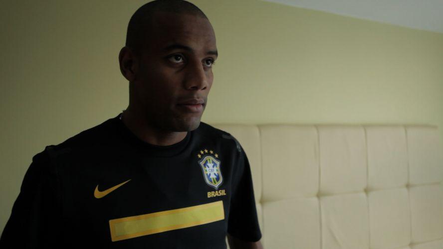Maicon, lateral da seleção de Mano Menezes, veste a nova camisa preta, de passeio, do Brasil.