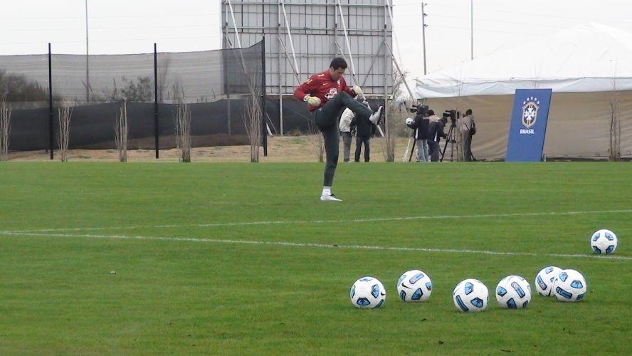Julio Cesar se aquece antes do início do primeiro treinamento da seleção brasileira em Los Cardales, onde o time de Mano se prepara para a Copa América.