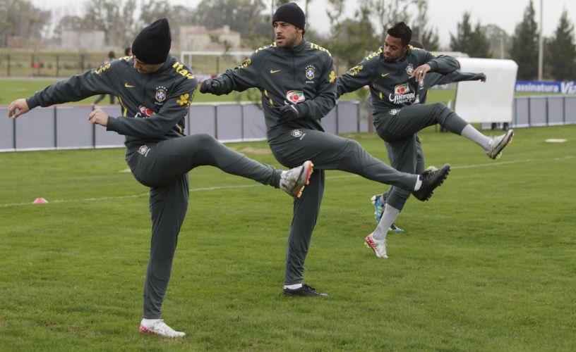 Alexandre Pato, Fred e Robinho se aquecem no frio de Los Cardales, na Argentina, onde a seleção brasileira se prepara antes da Copa América.