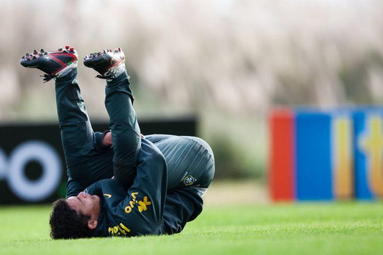 Thiago Silva, zagueiro do Milan e da seleção brasileira, se alonga no primeiro treino do time de Mano Menezes na Argentina, antes da Copa América.