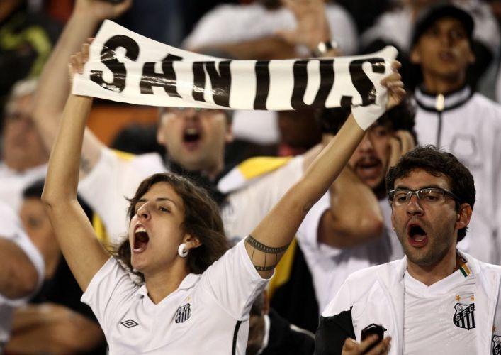 Torcedora santista exibe o nome do clube na espera pela final contra o Peñarol; Santos conquista o terceiro título da Libertadores e coroa geração de Ganso e Neymar