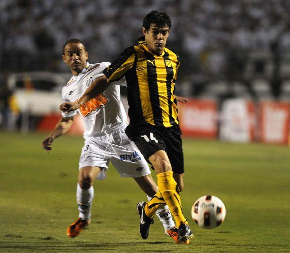 Luis Aguilar rouba a bola do lateral Léo para o Peñarol na decisão da Libertadores; Santos conquista o terceiro título da Libertadores e coroa geração de Ganso e Neymar
