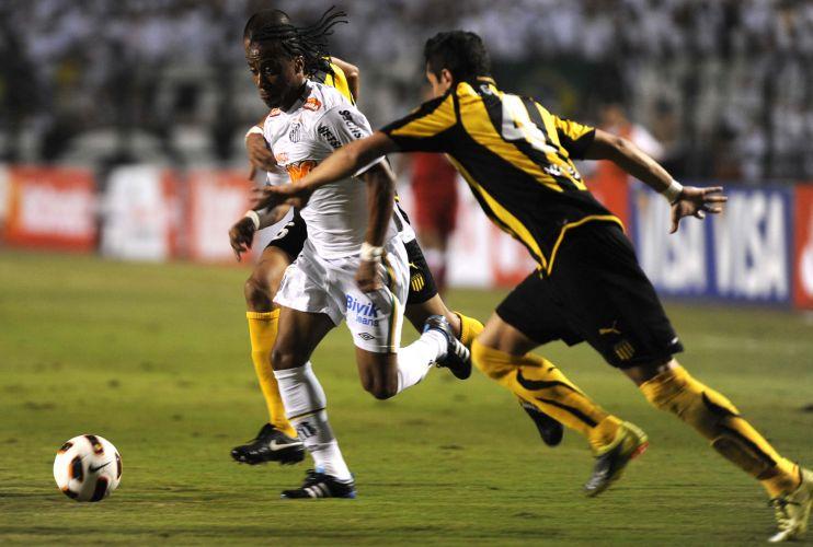 Arouca briga contra a marcação de Alejandro Gonzalez, do Peñarol, na decisão da Libertadores; Santos conquista o terceiro título da Libertadores e coroa geração de Ganso e Neymar