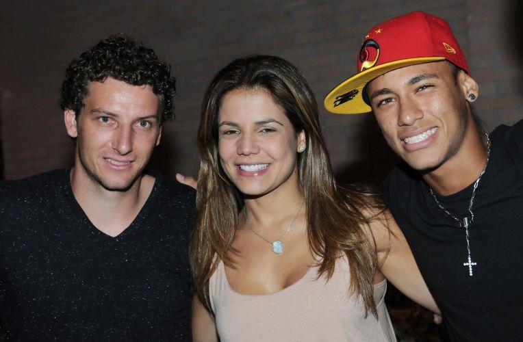 Elano posa para fotografia ao lado da namorada Nívea Stelmann e do companheiro e estrela do Santos Neymar