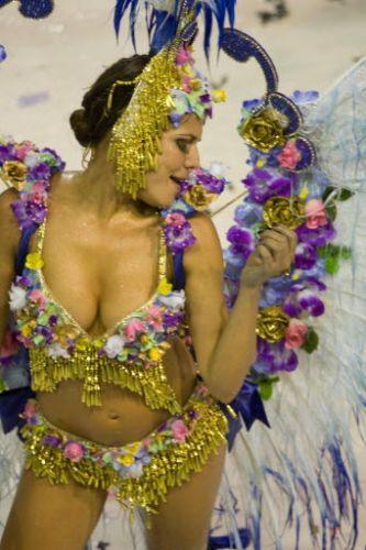 Nivea Stelmann cai no samba durante desfile da Grande Rio na Marquês do Sapucai, no Rio de Janeiro, neste ano