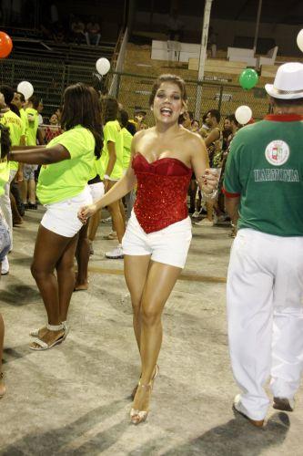 Atriz Novea Stelmann ensaia passos de samba durante ensaio técnico de escola de samba