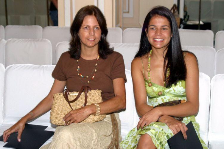 Atual namorada de Elano, Nivea Stelmann acompanha desfile de moda ao lado da mãe Janice, em 2006