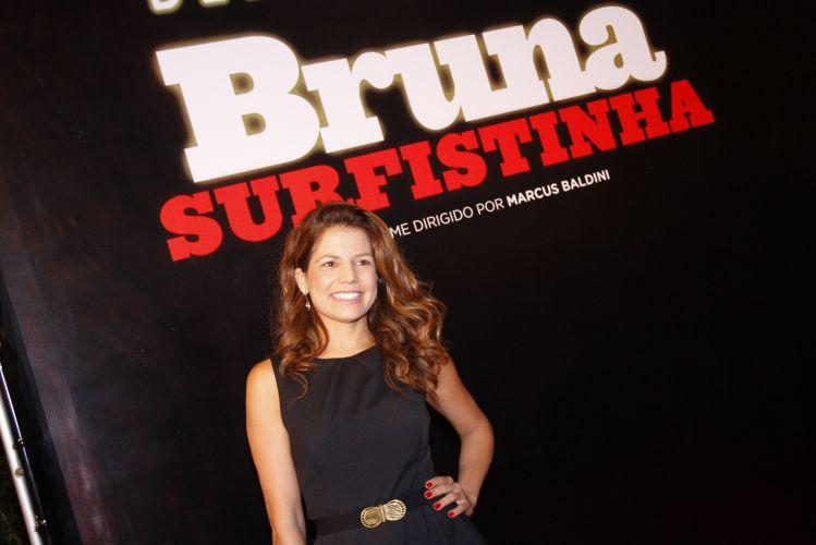 Nivea Stelmann sorri antes de entrar no cinema para acompanhar a estreia do filme Bruna Surfistinha, com Deborah Secco