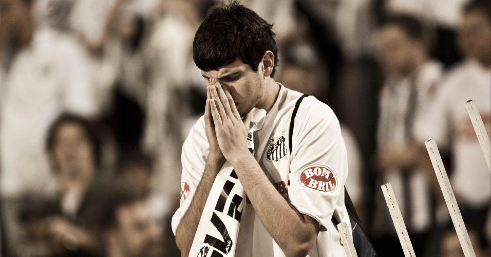 Pré-jogo: Torcedor do Santos reza antes do incio da partida contra o Peñarol, no segundo e decisivo confronto da Libertadores