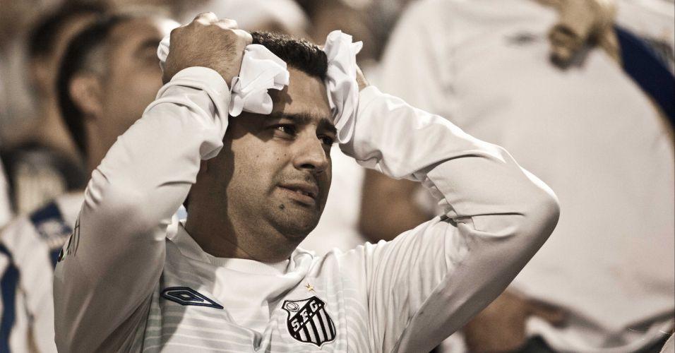 2º tempo - 20 minutos: Aguiar fica com a sobra após bate e rebate na área do Santos e leva torcedor ao desespero. Bola vai para fora