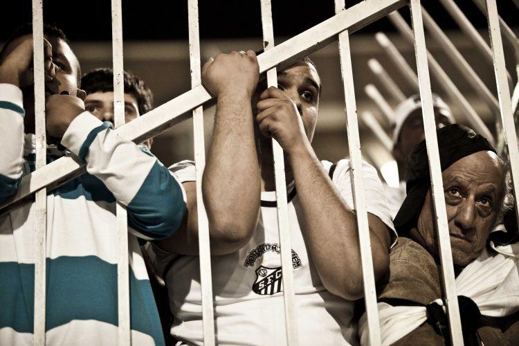 2º tempo - 34 minutos: Torcedores ficam estáticos com o gol do Peñarol, diminuindo o placar para 2 a 1 e colocando o Santos em perigo