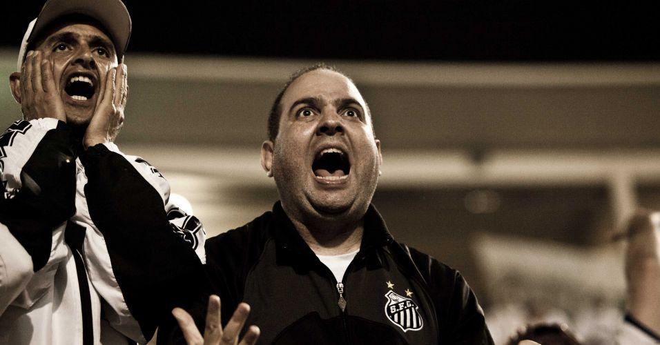2º tempo - 44 minutos: Torcedores se desesperam em chance do Santos de matar o jogo. Bola bate na trave e Zé Eduardo chuta para fora, numa jogada inacreditável do ataque santista. Ainda assim, o Peñarol não conseguiu se aproximar, e o título ficou com o Santos no apito final
