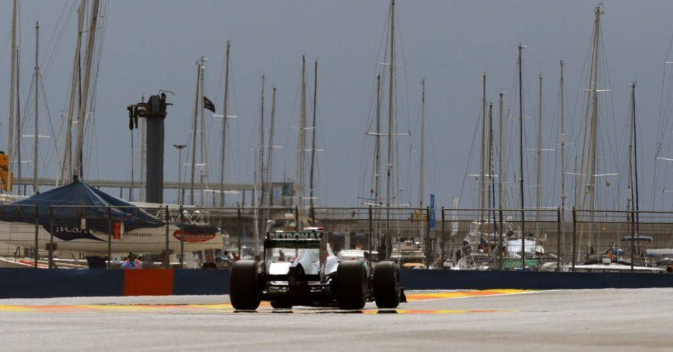 Michael Schumacher pilota na pista de rua em Valência durante o GP da Europa