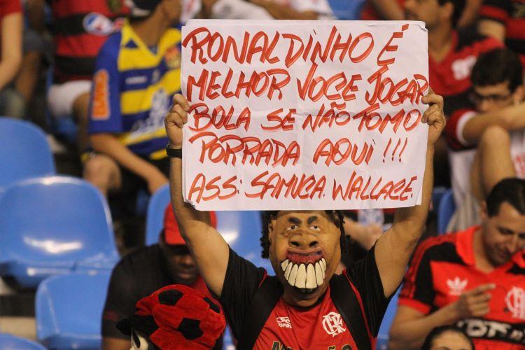 Torcedor critica duramente Ronaldinho Gaúcho, questionado durante toda a semana pelos excessos na vida noturna e o desempenho abaixo do esperado em campo.