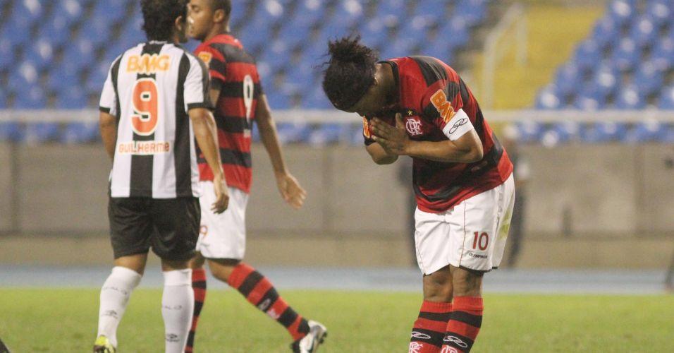 Ronaldinho Gaúcho reverencia torcida após marcar um golaço, o de empate do Flamengo na partida contra o Atlético-MG