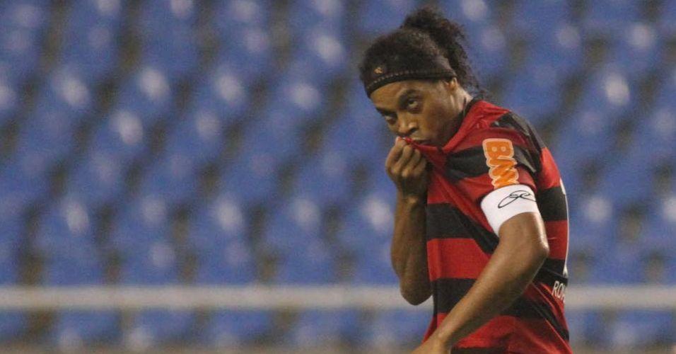 Ronaldinho Gaúcho beija o escudo do Flamengo durante a comemoração do gol