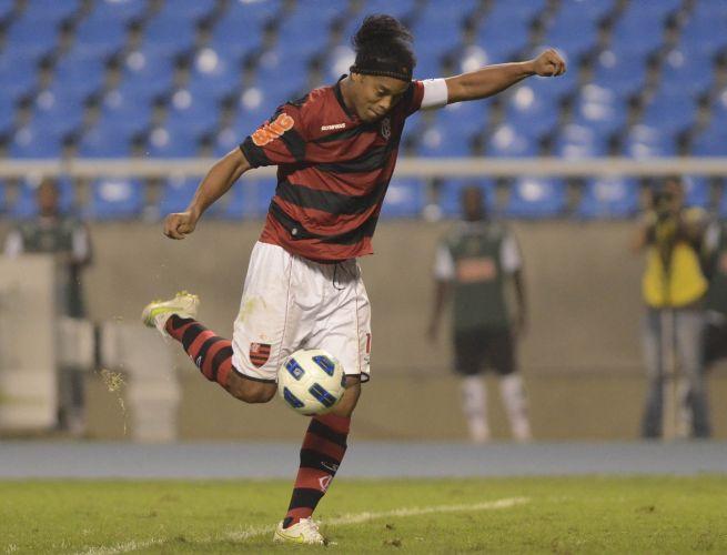 Ronaldinho Gaúcho arma o chute que resultou no golaço de empate do Flamengo na partida
