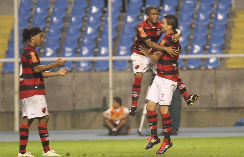 Junior César abraça Tiago Neves e comemora o gol da virada do Flamengo