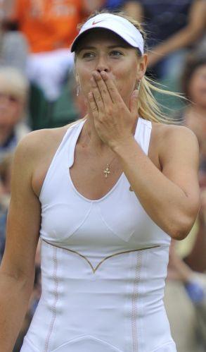 Maria Sharapova manda beijinhos para a torcida em Wimbledon depois de vencer a tcheca Klara Zakopalova