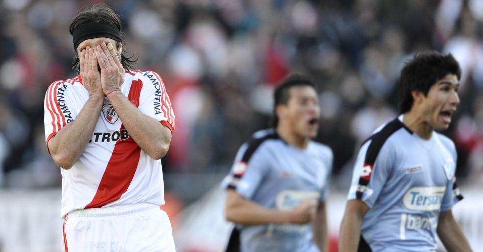 Pavone se desespera ao perder pênalti para o River, que acabou rebaixado no Argentino após empatar por 1 a 1 com o Belgrano, em casa