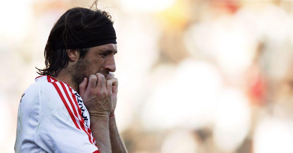Pavone não se conforma com pênalti perdido em jogo que custou a queda inédita do River Plate no Argentino