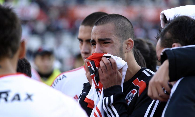 Alguns jogadores do River não conseguiram conter o choro pela queda inédita à segunda divisão argentina