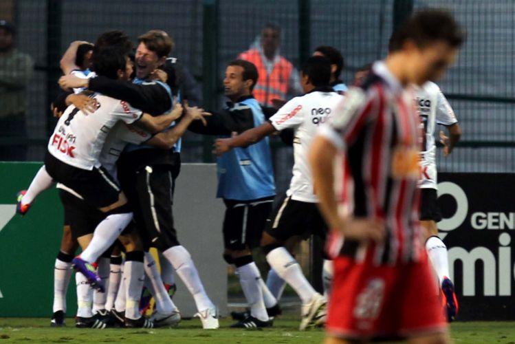 Corintianos comemoram gol sobre o São Paulo no Pacaembu
