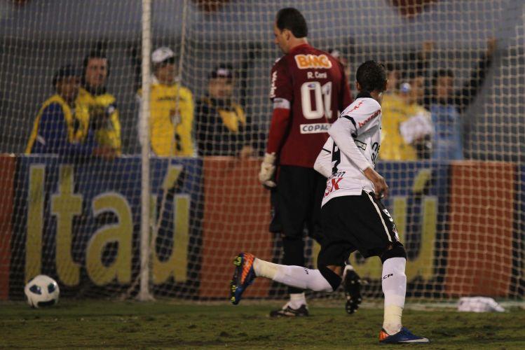 Rogério Ceni vai buscar a bola no fundo do gol após segundo gol de Liedson