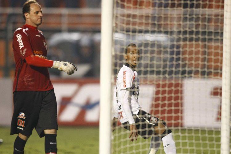 Rogério Ceni lamenta ao ver mais uma bola entrar no fundo do gol Tricolor
