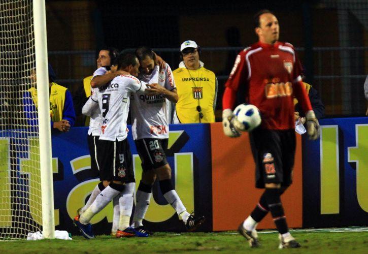 Liedson e Danilo comemoram gol do Corinthians