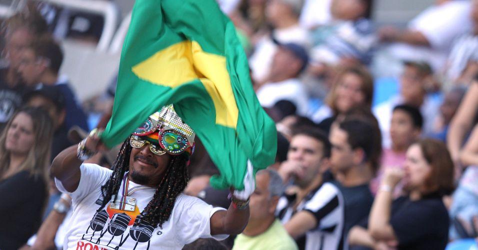 Torcedor do Botafogo chega fantasiado e espalha alegria pelo Engenhão