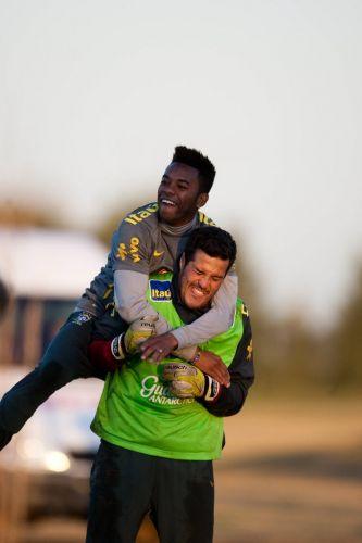 Robinho é carregado por Julio César durante brincadeira no treino da seleção nesta segunda-feira, na preparação para a Copa América