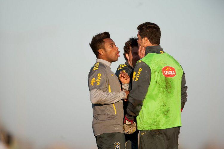 Robinho e Elano brincam com o goleiro Julio César durante o treino da seleção, nesta segunda