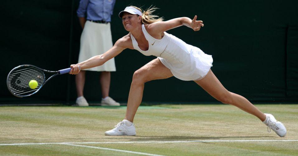 Maria Sharapova faz devolução na vitória sobre a chinesa Shuai Peng pelas oitavas de final em Wimbledon