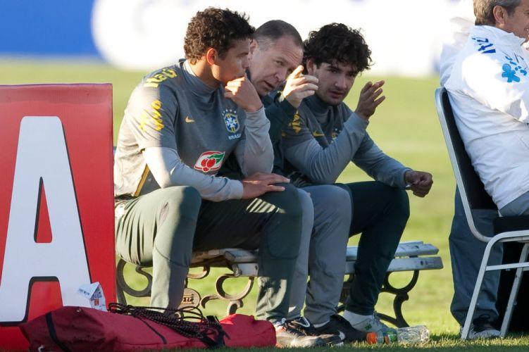 Mano Menezes conversa com Thiago Silva e Alexandre Pato no trabalho do time verde-amarelo