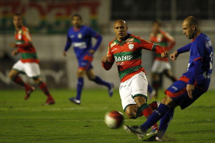 Edno, que marcou dois na goleada por 5 a 2, faz marcação sobre jogador do São Caetano