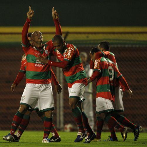 Edno aponta para o céu ao comemora um de seus dois gols no Canindé