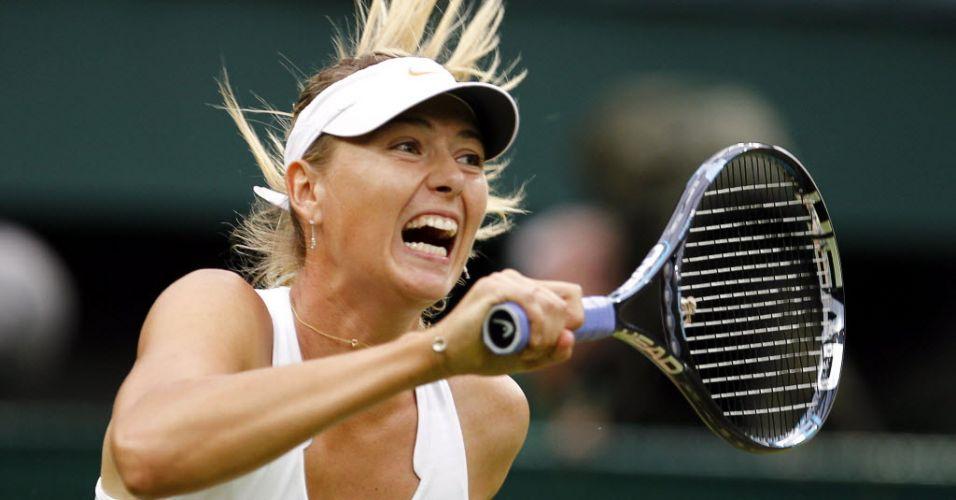 Maria Sharapova golpeia de direita na vitória sobre a a eslovaca Dominika Cibulkova em Wimbledon