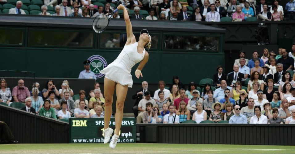 Russa Maria Sharapova saca na vitória diante da eslovaca Dominika Cibulkova